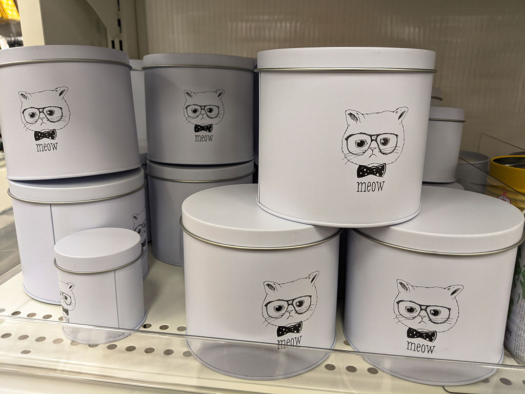 Oomomo Calgary cat with bow tie containers